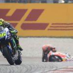 Moto GP: Valentino Rossi es penalizado por desleal patada en plena competencia (Video)
