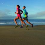 Beneficios y riesgos de correr en la playa