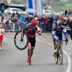 Gesto de Ciclista se hace viral al no pasar a su rival tras sufrir un desperfecto antes de la meta