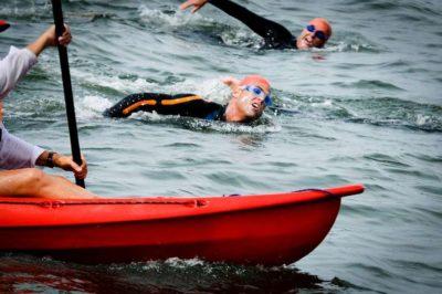 Los atletas solo nadaran con Wetsuit,  gorro y lentes de natación.